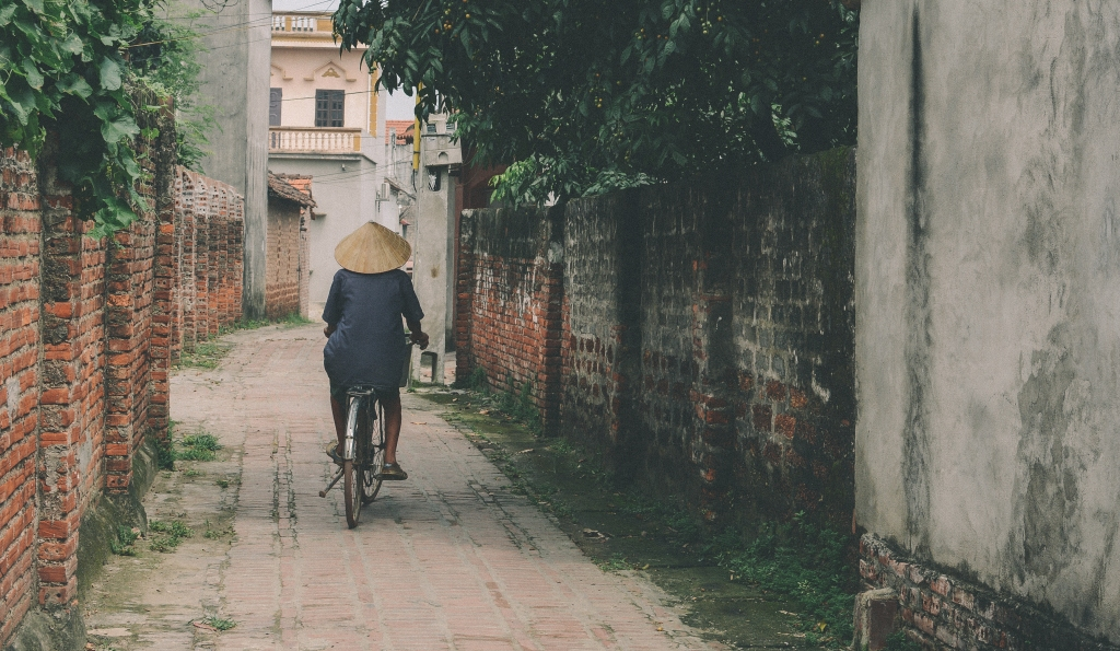 person-riding-bicycle-in-the-middle-of-an-alley-1422391